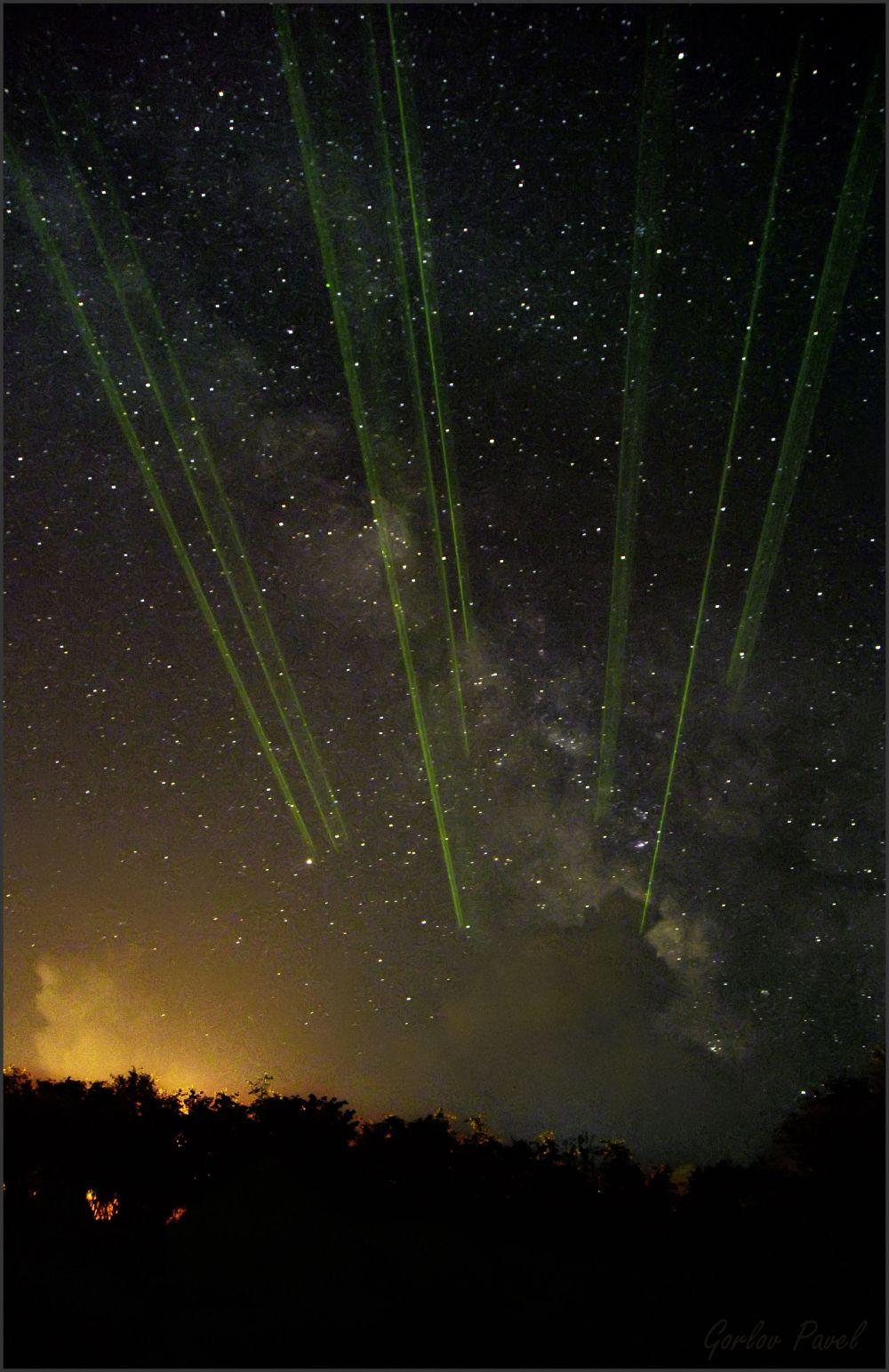 Млечный Путь и лучи от лазерной указки во время проведения экскурсии по созвездиям на СтарФэсте