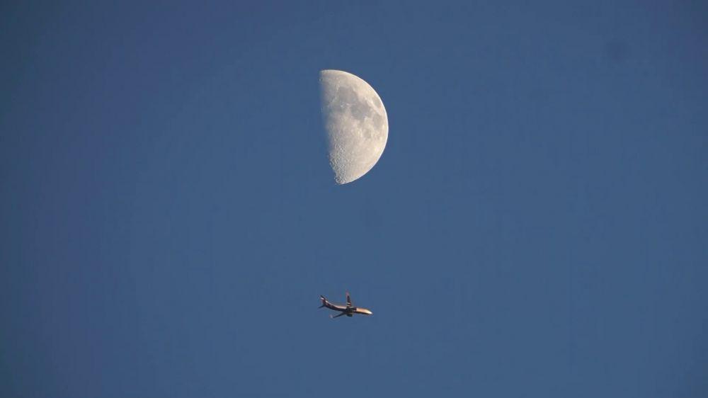Пролет самолёта на фоне Луны. 18.06.2021