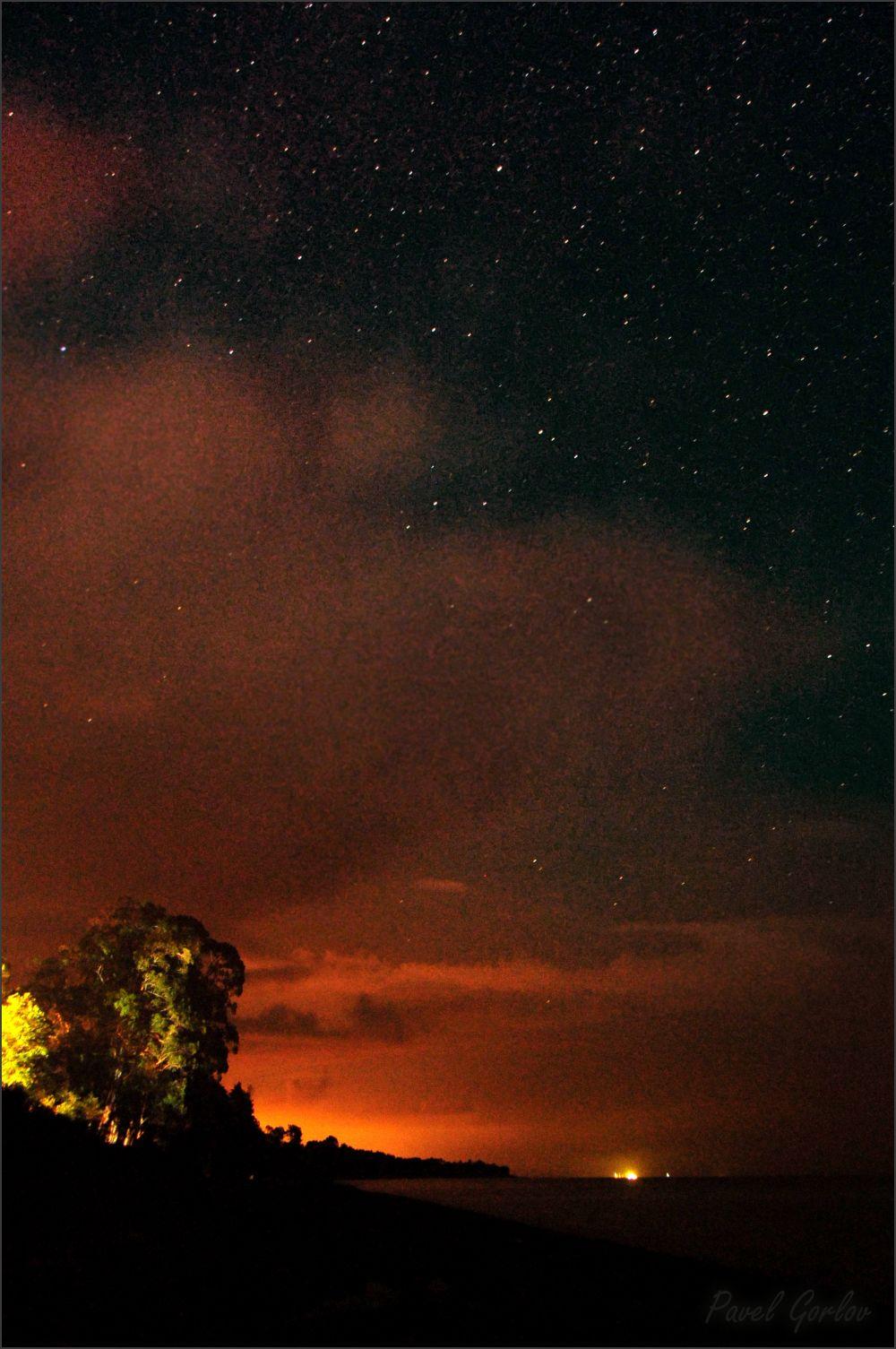 Зарево засветки от г.Очамчира и звёздное небо над ним.