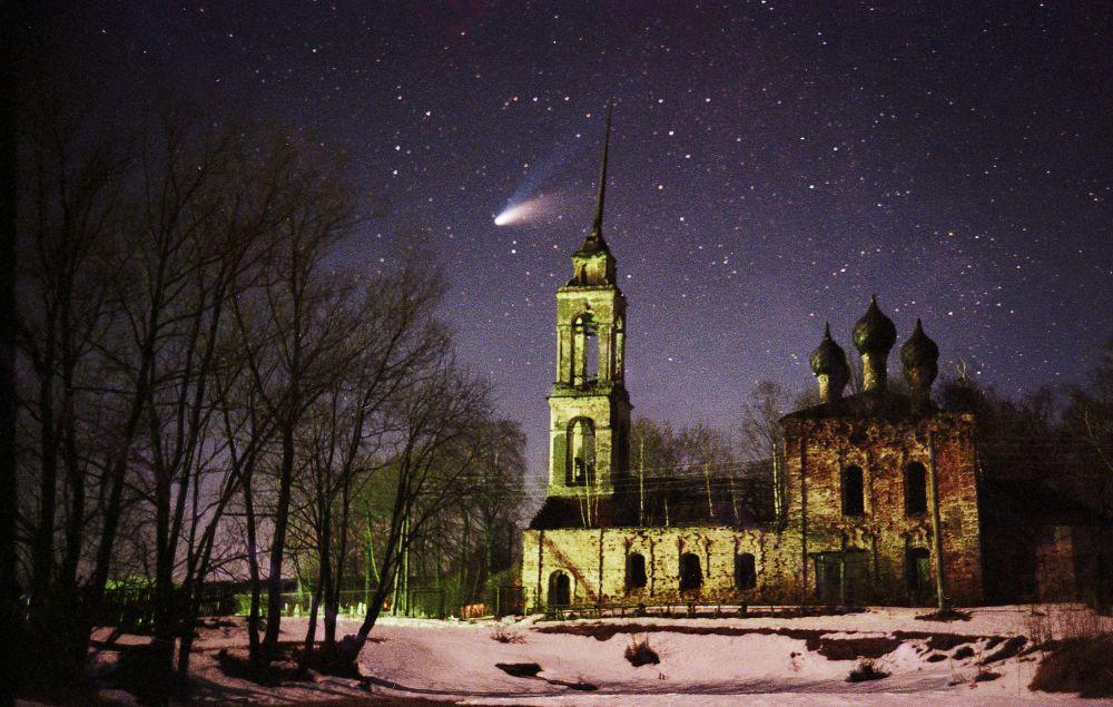 Комета Хейла-Боппа над руинами церкви.