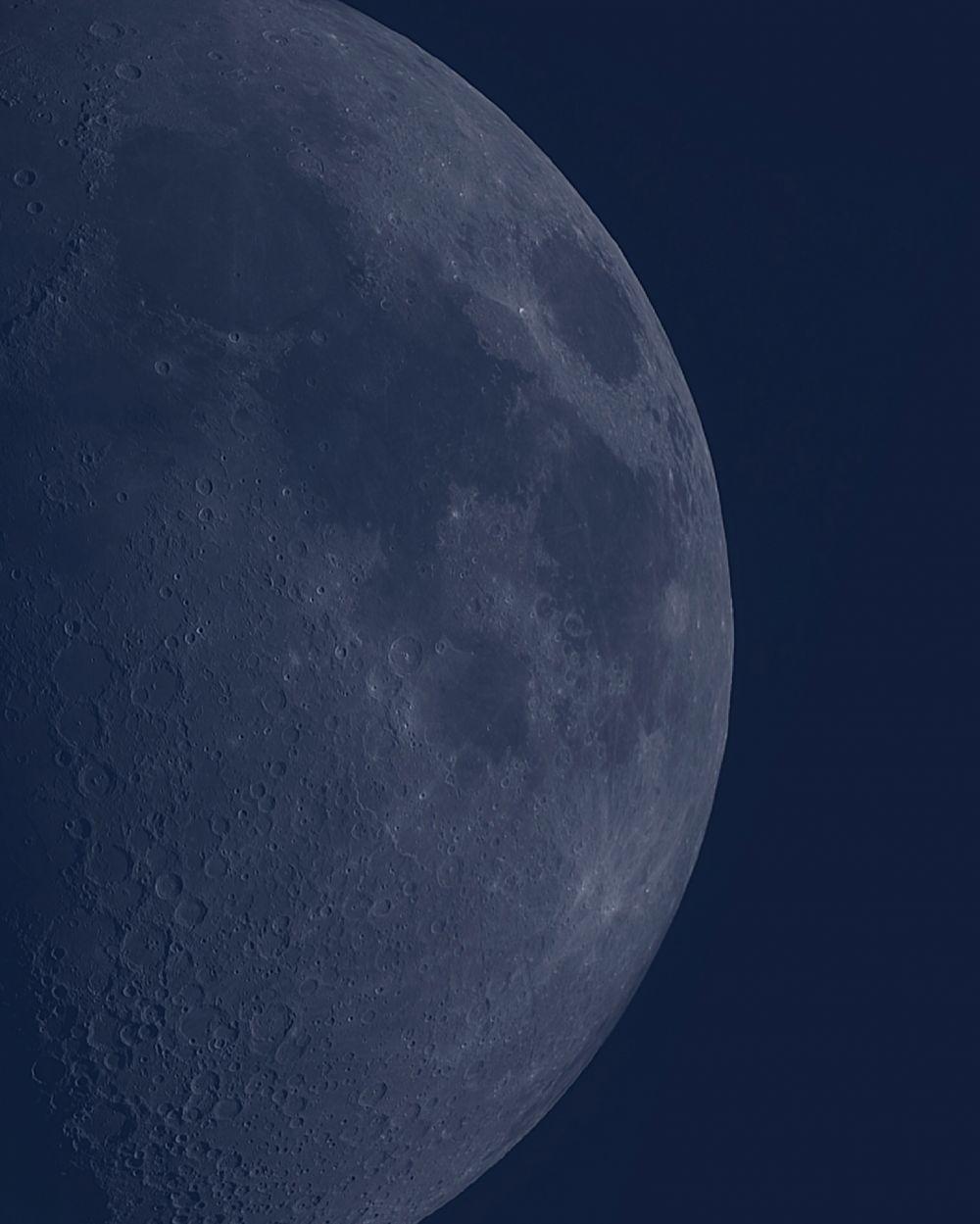Луна в дневном свете