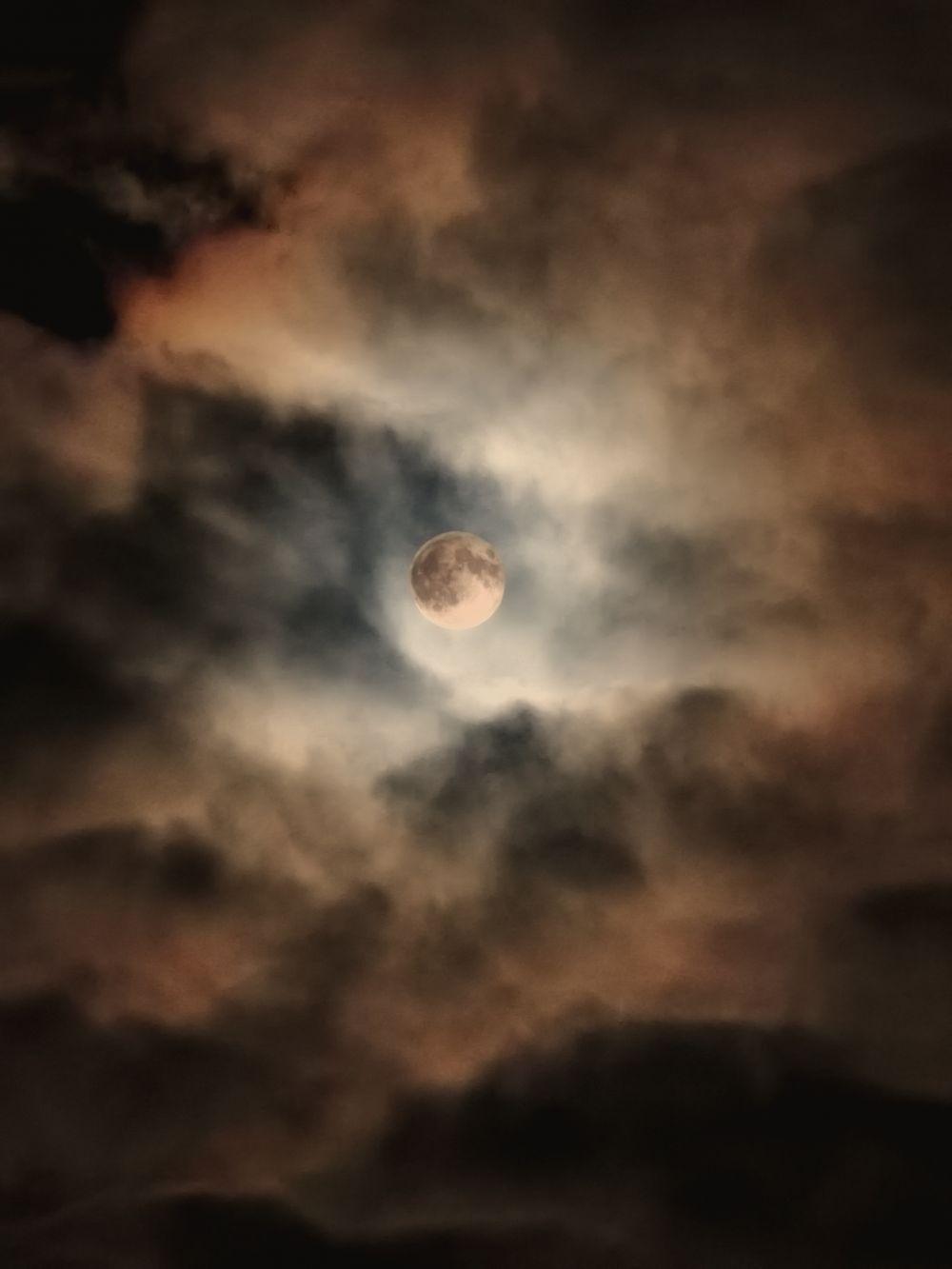 Луна в облаках ночью 28.04.2021