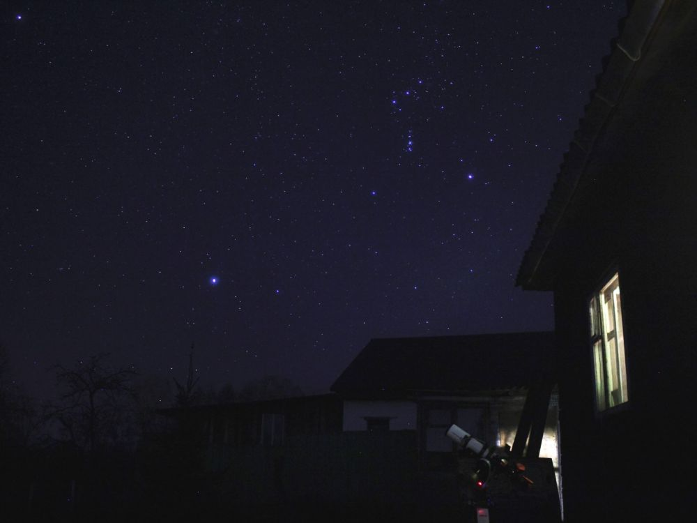 Вечер во дворе дома
