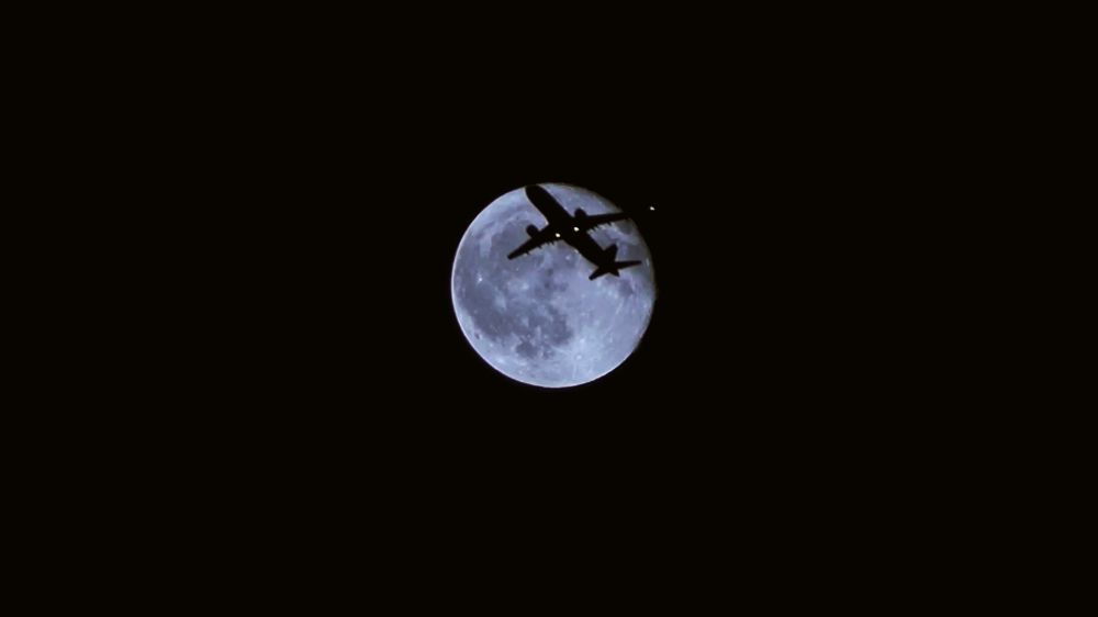 Транзит самолета по Луне.
