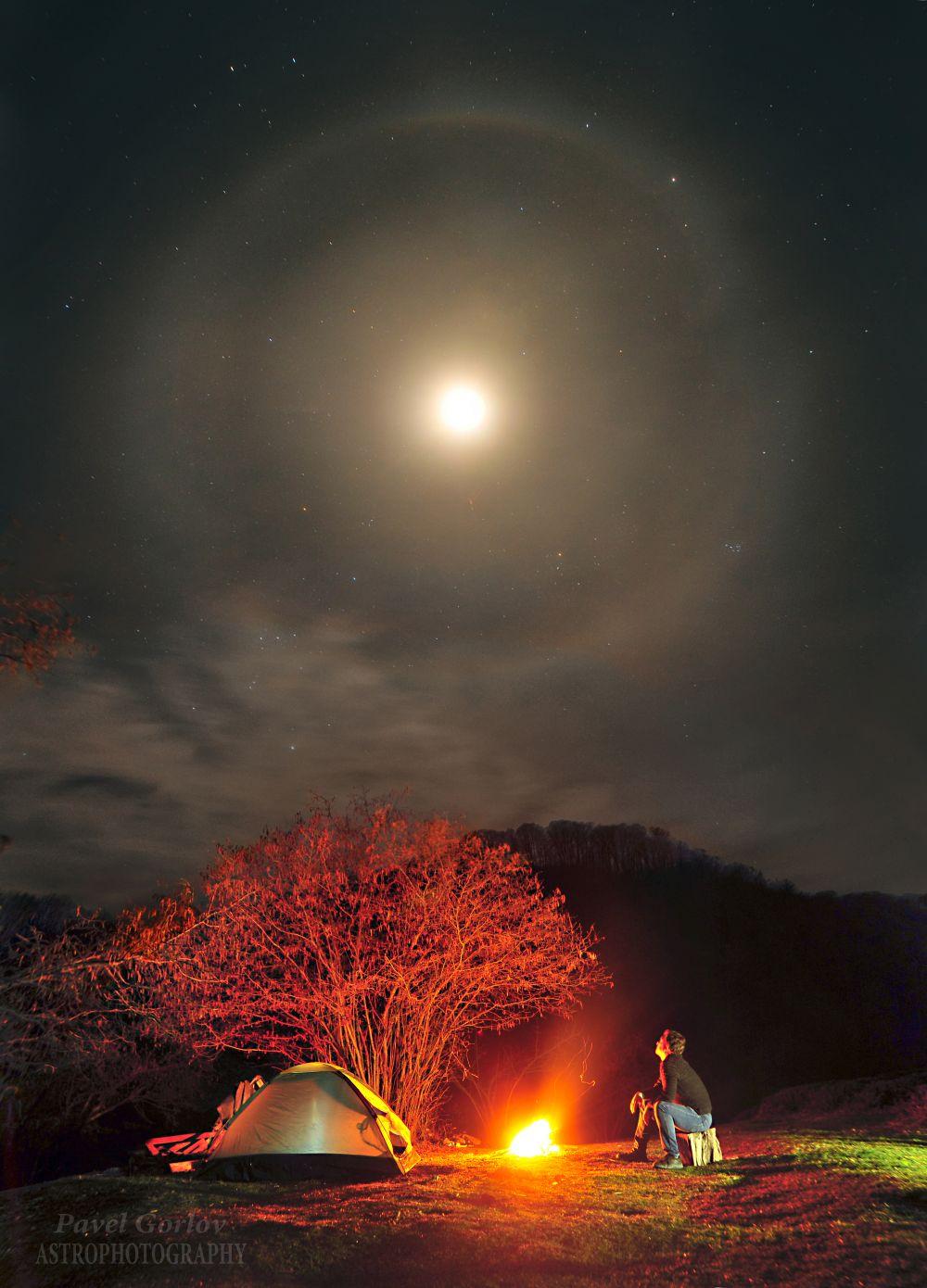 Вечер у костра и лунное гало.