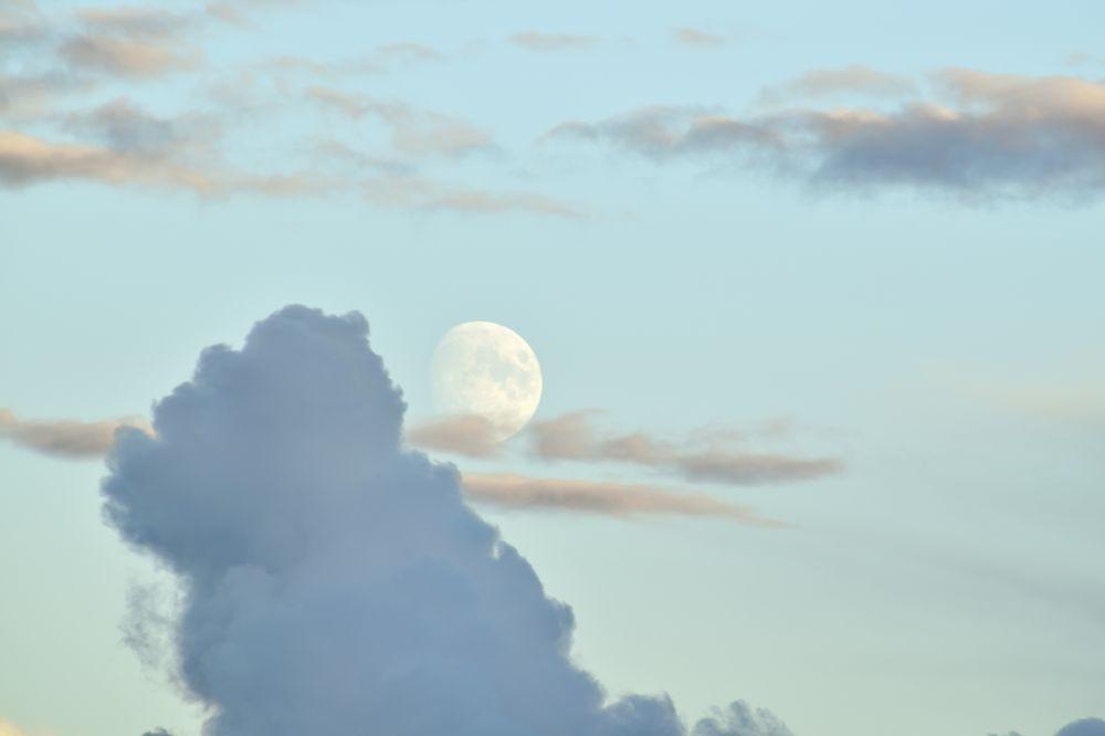 Луна среди облаков. Медвежья Пустынь