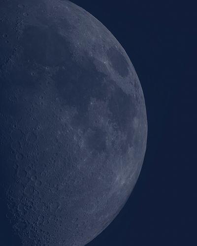 Луна в дневном свете  - астрофотография
