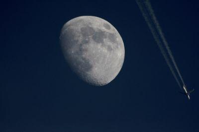 Луна и самолет - астрофотография