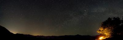 Звёздные бриллианты в обрамлении далёких гор - астрофотография