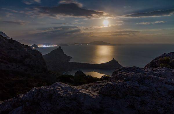 Восход Луны над Судакской бухтой - астрофотография