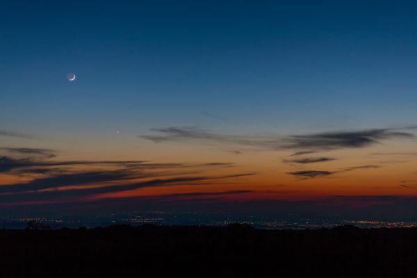 Молодая Луна с Венерой над Симферополем - астрофотография